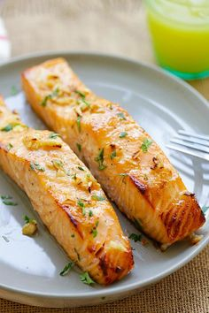 Honig Senf Gebackener Lachs Baked salmon with honey mustard - moist, juicy and the best baked salmon Baked Salmon Lemon, Honey Mustard Salmon, Garlic Salmon, Baked Salmon Recipes, Fish Recipes, Seafood Recipes, Cooking Recipes, Grilled Salmon, Cooking Tips
