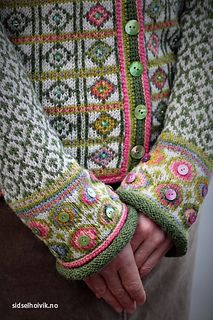 Buttons added to fair isle. Hippie kofte / Hippie Jacket Design&Photo: Sidsel J.no Pattern in my webshop sidselhoivik.no Yarnkit in English, Dutch and Norwegian We ship to Europe, USA, Canada, Australia and New Zealand Fair Isle Knitting Patterns, Fair Isle Pattern, Knitting Stitches, Knit Patterns, Hand Knitting, Pull Crochet, Knit Crochet, Punto Fair Isle, Fair Isles