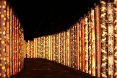 """2013年7月にリニューアルオープンした京福電鉄嵐山線、通称""""嵐電""""の嵐山駅。「はんなり・ほっこりスクエア」の愛称がある嵐山駅は、このリニューアルで""""もっとも京都らしい駅""""と言ってもいい程に変貌を遂げました。中でも目玉は「キモノ・フォレスト」と呼ばれる京友禅による装飾です。昼も夜も観光客の目を釘づけにする「キモノ・フォレスト」とは一体・・・!?"""