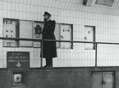 1952. Tunnelwachter in verbinding met de regelkamer.