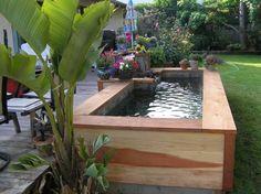 petite piscine hors sol en bois dans le jardin