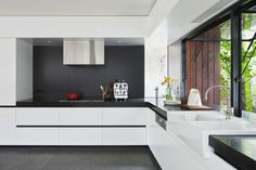 weiße Küche grifflose Küchenschränke minimalistische Optik