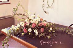 composizione per tavolo sposi con lisianthus bianchi e rosa, orchidea dendrobium, edera e rami di nocciolo #matrimonio #weddingflowers #lisianthus #bianco #rosa