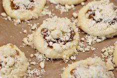 Vdolky s hruškovými povidly před pečením Cookies, Desserts, Crack Crackers, Tailgate Desserts, Deserts, Biscuits, Postres, Cookie Recipes, Dessert
