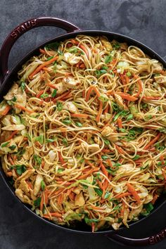 Homemade Chicken Chow Mein is way better than takeout! A satisfying one-pan dinner with chicken, vegetables, noodles, and the best homemade chow mein sauce. Easy Chinese Recipes, Asian Recipes, Ethnic Recipes, Top Recipes, Veggie Fries, Veggie Stir Fry, Chicken Noodle Stir Fry, Chow Mein Au Poulet, Dining