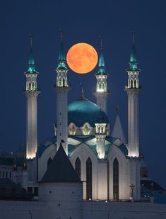 blood moon seen around the world – in pictures Suspended over the Qolşärif mosque in Russia Photograph: Yegor Aleyev/TASS Blood Moon Eclipse, Lunar Eclipse, The Moon Is Beautiful, Shoot The Moon, Beautiful Mosques, Moon Pictures, Super Moon, Islamic Architecture, Saint Petersburg