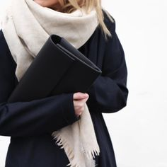 Lighten up an all black look with a light beige scarf Minimal Chic, Minimal Fashion, Minimal Classic Style, Classic Chic, Black And White Outfit, Beige Outfit, Black Outfits, Black White, Fashion Mode