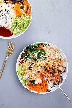 Vegano coreana Bibimbap - un plato clásico coreano de arroz y verduras salteadas de temporada, servido con una salsa de chile picante Gochujang.  #vegan #korean #bibimbap #veggies #healthy #lowfat #colorful # 801010