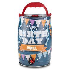 """Eine lustige Bierweisheit besagt: Lieber ein Fass als ein Sixpack! Da sagen wir nicht Nein und schlagen dieses tolle Partyfass als Geschenkidee vor. Das Besondere: Wir versehen das liebevoll gestaltete """"Happy Birthday""""-Fass noch mit dem Namen Ihrer*Ihres Beschenkten. Das ganz persönliche Partybier, frisch gezapft aus dem 5-Liter-Fass! Prost!"""