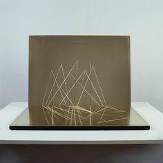 Vera Röhm. Tetraeder-Gnomon, 1988, Messing, Zeichnung graviert, Aluminium schwarz lackiert, 5 x 82,5 x 57 cm. Foto: Octavian Beldiman