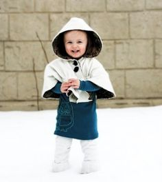 Here you will find a cute list of winter baby clothes to sew. Capes, booties, shirts, inners and overalls. We have free sewing patterns and tutorials. Sewing Projects For Kids, Sewing For Kids, Baby Sewing, Free Sewing, Winter Baby Clothes, Baby Kids Clothes, Baby Winter, Winter Cape, Sewing Kids Clothes