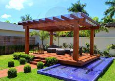 O Espaço Zen se destaca em meio ao jardim e conta com pergolado em madeira, lago próprio e mobiliário confortável em fibra natural.