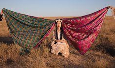 Die Kasachin und Künstlerin Almagul Menlibayeva liebt die endlose Steppe ihrer Heimat. Sie sieht sie als eine leere Leinwand,  die bemalt werden möchte. Männer und vor allem Frauen aus der Region werden zu ihren Akteuren und Charakteren. Ihre Helden sind die kleinen, simplen Leute und die personifizierte Mythologie der Nomaden.