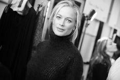 Carolyn Murphy en backstage du défilé Michael Kors automne-hiver 2014-2015 http://www.vogue.fr/mode/inspirations/diaporama/fashion-week-new-york-les-coulisses-automne-hiver-2014-2015-jour-5-fw2014/17542/image/945882#!carolyn-murphy-en-backstage-du-defile-michael-kors-automne-hiver-2014-2015