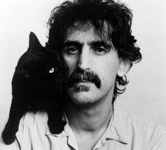 Frank Zappa col suo gatto nero Marshmoff ( aveva anche Gorgo)