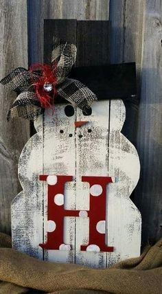 Pallet snowman by Gloria Garcia Pallet Ideas, Pallet Wood, Pallet Crafts, Diy Pallet Projects, Wood Pallets, Christmas Wreaths, Rustic Christmas, Christmas Decorations, Holiday Decor