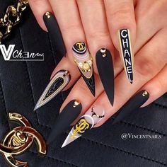 The prevalence of matte stiletto nail designs have increased significantly in the past few years. Matte nails always makes a difference, and it is more luxurious to cooperate with stiletto shape nails. Matte nails should definitely be your first ch Bling Nails, Dope Nails, Glam Nails, Matte Stiletto Nails, Pointed Nails, Coffin Nails, Stiletto Nail Designs, Fake Nails Shape, Chanel Nails Design