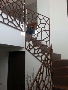 Un garde-corps design en metal qui s'accorde parfaitement aux couleurs de l'escalier. Plus d'idées sur : www.escaliers-passionbois.com #Garde-corps#métal