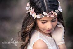 Comunión Lucia | Fotógrafo en Alicante y Murcia Cute Flower Girl Dresses, Chiffon Flowers, First Holy Communion, Dress Rings, Tiaras And Crowns, Hair Jewelry, Kids And Parenting, Murcia, Headpiece