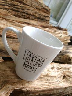 Hakuna matata mug can EASILY be made with a sharpie, a plain mug, and an oven! Sharpie Crafts, Diy Sharpie Mug, Sharpie Plates, Sharpies, Funny Coffee Mugs, Funny Mugs, Diy Becher, Fathers Day Mugs, Mug Art