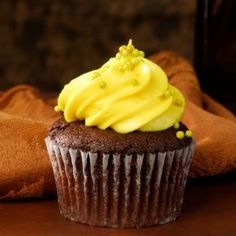 One or Two Dozen Devil's Chocolate Cupcakes at Cravings Bakery & Cafe (Up to Off) - American Cheesecake Rezepte Buttercream Cupcakes, Baking Cupcakes, Cupcake Cakes, Chocolate Cupcakes, Chocolate Ganache, Cop Cake, Cupcakes Lindos, American Cheesecake, Bakery Cafe