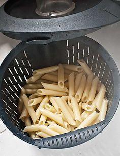Os mostramos hoy una técnica muy básica de la cocina con Thermomix, pero que muchos desconocen, y es que se puede cocinar pasta con nuestro Thermomix. Sabes que nuestra máquina permite cocer alimentos en agua o en caldos y uno de esos alimentos es la pasta, que gracias a las funciones de giro inverso y velocidad cuchara del Thermomix nos quedará perfecta. Ingredientes para 4-5 personas 1500 gr. de agua, 1 cucharadita de sal, 1 cucharada de aceite (opcional, si la pasta lo requiere), 400 gr…