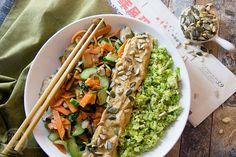 """Broccolirijst met """"sate""""saus en wokgroenten"""