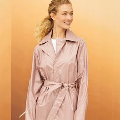 A fashion staple reinvents itself. Discover the new trench coat, in eye catching shades and new materials that can be styled in countless ways. #globusswitzerland #globushappy