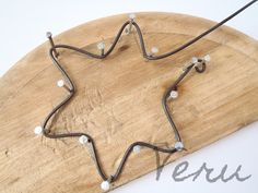 Wiring Vera: Merry Christmas decorations made of black wire. Wire Crafts, Crafts To Sell, Christmas Crafts, Wire Wrapped Jewelry, Wire Jewelry, Jewelry Art, Minimalist Christmas Tree, Art Fil, Wire Jig