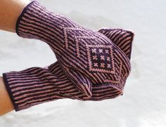 A pattern inspired by Lucy Neatby's Paradoxical mittens. Knitted Gloves, Knitting Socks, Fingerless Gloves, Textile Fabrics, Knitting Accessories, Knit Or Crochet, Hand Warmers, Free Pattern, Threading