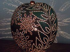Lampe calebasse jungle allumée Gourd Crafts, Gourd Lamp, Mandala Design, Lampshades, Gourds, Candle Holders, Backyard, Candles, Lights