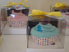 Toalha de mão bordada com trançado em fitas e colocados na caixinha em forma de cupcake. Cores a escolher. Esse preço promocional será apenas para pedidos acima de 10 unidades. R$ 15,00