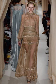 See all the Collection photos from Valentino Spring/Summer 2015 Couture now on British Vogue Valentino Couture, Valentino Dress, Valentino Women, Couture Fashion, Paris Fashion, Fashion Show, Fashion Design, Fashion Spring, Fashion News