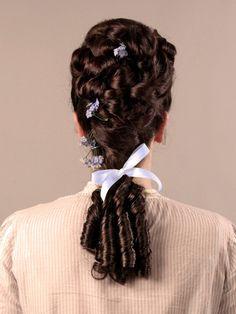 Frisur im Stil der Gründerjahre am Eigenhaar mit eingearbeitetem Haarteil