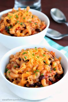 {Slow Cooker} BBQ Chicken Chili Mac: a hearty one-pot pasta meal that cooks completely in the crockpot! Forget dirtying other dishes -- you can cook it all together without risking mushy pasta.  www.thereciperebel.com