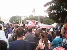 Bratislava 21. mája 2012 - Striebro s cenou zlata. Homeless dance parade! Oslava zisku strieborných medailí slovenskej reprezentácie na preplnenom Námestí SNP. Atmosféra ako lusk! A ten tanec homelesákov nemal chybu, nechýbal elán ani promile alkoholu v krvy tanečníkov... Kamera a strih: Július Hipszki osobne (filmované na mobil, preto tá kvalita!) www.tipexpert.eu www.hipszki.eu