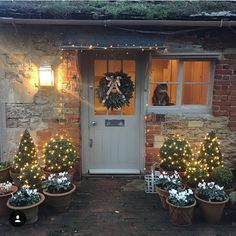 Simple wreath and stunning surroundings. less is definitely more! Simple wreath and stunning surroundings. less is definitely more! Cottage Christmas, Christmas Porch, Christmas Lights, Christmas Front Doors, Christmas 2019, Cottage Interiors, Cottage Homes, Cottage Front Doors, Country Cottage Garden