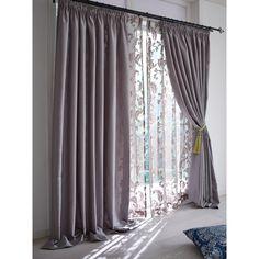 まるで海外インテリア 床にたらすような演出が似合う上質な光沢感のギャザースタイルのカーテンです