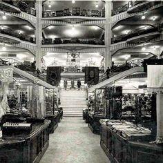 Interior de los Grandes Almacenes Madrid París, Los Primeros Organizados Por Departamentos Que se abrieron en La Capital de España y Que se inauguraron en 1924, en El Número 32 de la Gran Vía, Permaneciendo abiertos Hasta 1934. # GranVía32