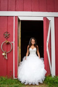 Rustic/Country wedding ~ Photo idea ~ Beautiful Bride