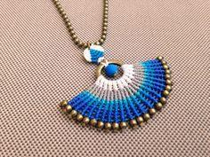 CÉU. Collier pendentif en macramé. bleu gris par RitaPratesCaetano