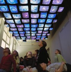 Nam June Paik. Fish Flies on Sky, 1983-85. Videoinstalación, 3 canales.