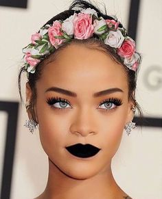 Rihanna on natural hair with flower hair band, her eyes are killing. Her make up though. Fenty Rihanna, Mode Rihanna, Rihanna Style, Rihanna Makeup, Rihanna Lipstick, Rihanna Baby, Rihanna Vogue, Makeup Inspo, Makeup Inspiration