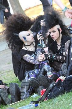 awww, its a little deathrock grooming circle! Cuuuuuute!