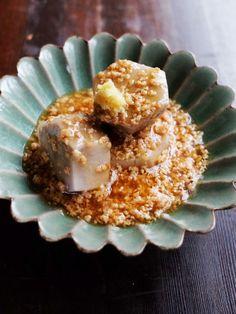 米のとぎ汁で里芋をゆでると、とぎ汁に含まれるでんぷんが里芋のアクを吸着したり、里芋の煮崩れを防ぐなどいいこと尽くめ。試してみて。|『ELLE gourmet(エル・グルメ)』はおしゃれで簡単なレシピが満載!