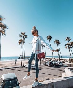 How to wear a sweater in the spring | Palm trees | Travel | Summervibes | White sneakers | Bucket list | Places to go | More on fashionchick.nl