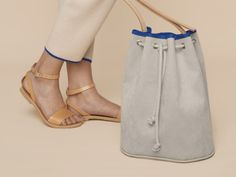 Alcantara or faux leather Bucket Bag with leather straps and piping at Makerist Dress Making Patterns, Bag Patterns To Sew, Sewing Patterns, Bucket Bag, Popular Backpacks, Marc Jacobs Handbag, Designer Wallets, Cowhide Leather, Leather Bag