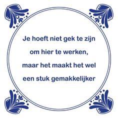 Tegeltjeswijsheid.nl - een uniek presentje - Je hoeft niet gek te zijn om hier te werken Team Quotes, Work Quotes, Life Quotes, Funny Quotes, Funny Memes, One Liner, Business Quotes, Funny Fails, Slogan