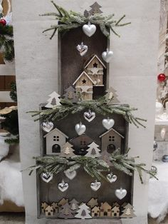 Christmas decorations with wooden boxes! 15 ideas to insp . 15 idee per ispiravi… 16 Christmas decorations with wooden boxes! Be inspired … # Weihnachtsdeko - Noel Christmas, Rustic Christmas, Winter Christmas, Vintage Christmas, Christmas Wreaths, Christmas Ornaments, Holiday Crafts, Holiday Decor, Theme Noel