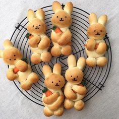 Baking 2 easy recipes for Easter bunnies and ideas for inspiration .- 2 leichte Rezepte für Osterhasen backen und Ideen zum Inspirieren – Wohnideen und Dekoration 2 festive easy recipes for Easter bunny baking cute bread rabbits with carrots - Easter Recipes, Holiday Recipes, Recipes Dinner, Easter Dinner Menu Ideas, Brunch Ideas, Breakfast Ideas, Seasonal Recipe, Breakfast Healthy, Brunch Recipes